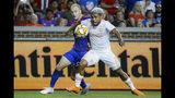 El delantero venezolano Josef Martínez (7), del United de Atlanta, disputa el balón con el defensor Andrew Gutman, del FC Cincinnati, en el primer tiempo del partido de la MLS el miércoles 18 de septiembre de 2019, en Cincinnati. (AP Foto/John Minchillo)