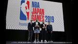De izquierda a derecha, el comisionado de la NBA Adam Silver, los jugadores P. J. Tucker, de los Rockets de Houston, y Fred VanVleet, de los Raptors de Toronto, así como el presidente y director de Rakuten, Inc., Mickey Mikitani, posan para la foto durante una recepción de bienvenida para una serie de partidos entre los Raptors y los Rockets en Tokio, Japón, el lunes 7 de octubre de 2019. (AP Foto/Kiichiro Sato)