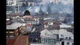 El barrio de El Arbolito se ve lleno de gas lanzado por la policía durante las protestas contra el gobierno en Quito, Ecuador, el martes 8 de octubre de 2019. (AP Foto/Dolores Ochoa)