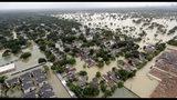 ARCHIVO - Esta foto de archivo del 29 de agosto del 2017 muestra un vecindario cerca de la presa Addicks inundado por lluvias de la tormenta tropical Harvey en Houston. (AP Foto/David J. Phillip, archivo)