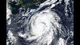 Esta imagen del 9 de octubre de 2019, captada por el satélite Suomi NPP de la NASA y la NOAA, muestra el tifón Hagibis, cerca de Japón (NASA Worldview, Earth Observing System Data and Information System (EOSDIS) via AP)