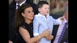 ARCHIVO - En imagen de archivo del sábado 6 de abril de 2013, Coleen Rooney, izquierda, esposa del futbolista inglés Wayne Rooney, y su hijo Kai, derecha, en Aintree Racecourse, Liverpool, Inglaterra. (AP Foto/Scott Heppell, archivo)