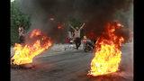 ARCHIVO - Foto de archivo, 6 de octubre de 2019, de manifestantes encendiendo fogatas en las calles de Bagdad, Irak. El nuevo ciclo de inestabilidad que estalló la semana pasada podría ser el más peligroso que enfrenta Irak dos años después de declarar su victoria sobre el grupo Estado Islámico en una guerra que dejó a buena parte del norte del país en ruinas. (AP Foto/Khalid Mohammed, File)
