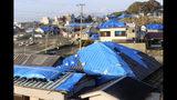 Esta foto del martes 8 de octubre del 2019 muestra casas con los techos cubiertos con plástico tras haber sido dañadas por el tifón Faxai en Tateyama, cerca de Tokio. (Kyodo News via AP)