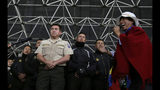 Policías fueron retenidos por indígenas que se manifiestan contra el gobierno de Ecuador en Quito, el jueves 10 de octubre de 2019. (AP Foto/Dolores Ochoa)