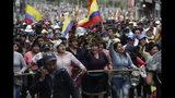 Manifestantes indígenas antigubernamentales corean consignas contra el presidente Lenín Moreno y sus políticas económicas durante una huelga nacional en Quito, Ecuador, el miércoles 9 de octubre de 2019. (AP Foto/Carlos Noriega)