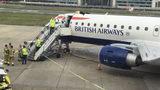 La imagen tomada de la transmisión en vivo a través de Facebook de parte del movimiento activista Extinction Rebellion muestra al ciclista paralímpico James Brown en el techo de un avión de British Airways en el Aeropuerto de la Ciudad de Londres, el jueves 10 de octubre de 2019. (Extinction Rebellion vía AP)