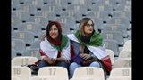 Mujeres iraníes están sentadas en el estadio Azadi el jueves, 10 de octubre del 2019, en espera de un partido eliminatorio para la Copa del Mndo del 2020 contra Camboya en Teherán. Las autoridades permitieron el ingreso del las mujeres al estadioo por primera vez en decenios. (Foto AP/Vahid Salemi)