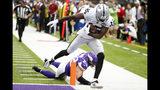 El wide receiver J.J. Nelson (15), de los Raiders de Oakland, atrapa un pase para anotación de 29 yardas frente a la marca del free safety Harrison Smith, de los Vikings de Minnesota, en la primera mitad del partido de la NFL en Minneapolis, el domingo 22 de septiembre de 2019. (AP Foto/Bruce Kluckhohn)