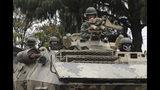Soldados en un tanque militar durante un toque de queda de 24 horas después de las violentas manifestaciones en diversas partes de Quito, Ecuador, el domingo 13 de octubre de 2019. (AP Foto/Dolores Ochoa)
