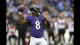 Lamar Jackson, quarterback de los Ravens de Baltimore, lanza un pase ante los Bengals de Cincinnati, el domingo 13 de octubre de 2019 (AP Foto/Nick Wass)