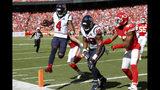 El quarterback de los Texans de Houston, Deshaun Watson (4), anota un touchdown durante la primera mitad de un juego de la NFL contra los Chiefs de Kansas City en Kansas City, Missouri, el domingo 13 de octubre de 2019. (AP Foto/Colin E. Braley)