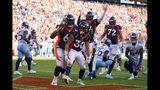 Phillip Lindsay (30), corredor de los Broncos de Denver, festeja con sus compañeros después de anotar ante los Titans de Tennessee, el domingo 13 de octubre de 2019 (AP Foto/Jack Dempsey)