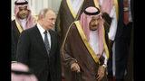 El presidente ruso Vladimir Putin y el rey Salman de Arabia Saudí participan en una ceremonia de bienvenida en Riad, el lunes 14 de octubre del 2019. (AP Foto/Alexander Zemlianichenko, Pool)