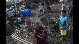 En esta imagen del 7 de septiembre de 2019, trabajadores cargan un camión con bayas de azaí en el mercado ribereño de Ver-o-Peso en Belén, Brasil. En el extranjero, el azaí se conoce principalmente como una pulpa congelada para jugo y batidos. Pero aquí, en el mercado, la forma local de tomarla es como una sopa. (AP Foto/Rodrigo Abd)