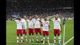 Jugadores de la selección de Turquía hacen un saludo militar tras conseguir el gol del empate ante Francia en un encuentro de la eliminatoria a la Eurocopa, el lunes 14 de octubre de 2019, en París (AP Foto/Thibault Camus)