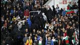 Hinchas búlgaros abandonan el estadio durante un partido de la eliminatoria a la Eurocopa de 2020 ante Inglaterra, el lunes 14 de octubre de 2019, en Sofía (AP Foto/Vadim Ghirda)