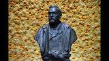 ARCHIVO - En esta fotografía del 10 de diciembre de 2018 se muestra el busto del fundador de los Premios Nobel, Alfred Nobel, durante la ceremonia de la entrega de los galardones en Estocolmo. (Henrik Montgomery/Pool Photo vía AP, Archivo)