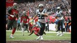 El running back de los Panthers de Carolina, Christian McCaffrey (22), entra a la zona de anotación contra los Buccaneers de Tampa Bay, durante el segundo cuarto de un juego de la NFL, el domingo 13 de octubre de 2019, en el estadio Tottenham Hotspur en Londres. (AP Foto/Tim Ireland)