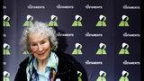"""ARCHIVO – En esta fotografía de archivo del 10 de septiembre de 2019 la autora canadiense Margaret Atwood posa durante una conferencia de prensa en la Biblioteca Británica para presentar su nuevo libro """"The Testaments"""" en Londres. Atwood fue anunciada como ganadora del Premio Booker en un empate con la autora británica británica Bernardine Evaristo el lunes 14 de octubre de 2019. (Foto AP/Alastair Grant, archivo)"""