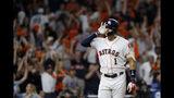 El puertorriqueño Carlos Correa, campocorto de los Astros de Houston, festeja luego de conectar un jonrón en la undécima entrada, con el que puso fin al segundo juego de la Serie de Campeonato de la Liga Americana ante los Yanquis de Nueva York, la madrugada del lunes 14 de octubre de 2019 (AP Foto/Matt Slocum)