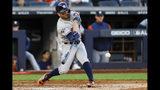 José Altuve (27) de los Astros de Houston conecta un jonrón solitario ante los Yanquis de Nueva York en el tercer juego de la serie de campeonato de la Liga Americana, el martes 15 de octubre de 2019. (AP Foto/Seth Wenig)