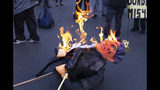 En esta foto del 11 de octubre de 2019, una efigie del presidente de Bolivia, Evo Morales, se quema después de que los manifestantes le prendieron fuego durante una marcha de maestros y médicos que protestaban contra el gobierno, en La Paz, Bolivia. El presidente Morales se postula por cuarto mandato consecutivo después de más de 14 años en el poder. (AP Foto / Juan Karita)