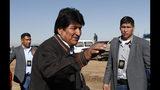 En esta foto del 11 de octubre de 2019, el presidente de Bolivia, Evo Morales, en el centro, saluda a sus partidarios después de visitar el Instituto de Medicina Nuclear y Tratamiento del Cáncer en El Alto, Bolivia. El presidente Morales se postula para un cuarto mandato consecutivo después de más de 14 años en el poder. (AP Foto / Juan Karita)