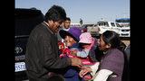 En esta foto del 11 de octubre de 2019, el presidente de Bolivia, Evo Morales, a la izquierda, habla con sus partidarios después de visitar el Instituto de Medicina Nuclear y Tratamiento del Cáncer en El Alto, Bolivia. El presidente Morales se postula por cuarto mandato consecutivo después de más de 14 años en el poder. (AP Foto / Juan Karita)
