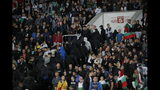 Hinchas búlgaros abandonan el estadio durante un partido de la eliminatoria a la Eurocopa de 2020 ante Inglaterra, el lunes 14 de octubre de 2019, en Sofía. (AP Foto/Vadim Ghirda)