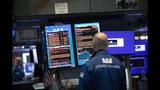 ARCHIVO - Esta foto de archivo del 18 de septiembre del 2019 muestra a una persona viendo un monitor en la Bolsa de Valores de Nueva York. (AP Foto/Mark Lennihan, Archivo)