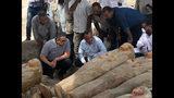 ESta foto proporcionada por el Ministerio de Antigüedades de Egipto muestra al ministro egipcio de Antigüedades Khaled el-Anany, enfrente a la izquierda, observando tumbas recién descubiertas en la ciudad de Luxor, en el sur de Egipto, el martes 15 de octubre del 2019. (Ministerio de Antigüedades de Egipto vía AP)