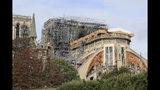 La imagen muestra la catedral de Notre Dame en París, martes 15 de octubre de 2019. Los hierros retorcidos del andamiaje metálico derretido por el incendio de hace seis meses serán removidos en las próximas semanas para que puedan comenzar los trabajos de restauración, dijo el ministro de Cultura, Franck Riester. (AP Foto/Michel Euler)