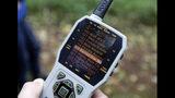 En esta imagen tomada el 23 de octubre de 2018, Dave Wiens, un biólogo que trabaja para el Servicio Geológico de Estados Unidos, emplea un control remoto para activar un dispositivo digital de llamada que atrae a búhos listados para ser abatidos, en un bosque cerca de Corvallis, Oregon. (AP Foto/Ted S. Warren)