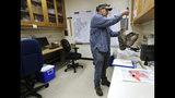 """En esta imagen tomada el 24 de octubre de 2018, el ornitólogo Jordan Hazan registra datos en un laboratorio en Corvallis, Oregon, de un búho listado macho abatido antes en la noche. """"Toda tu vida te enseñan que los búhos y las aves rapaces hay que protegerlas"""", expresó. """"La gente me pregunta qué se siente al matar búhos. Como cazador, es divertido bajar patos y gansos. Pero matar búhos no te causa el menor placer. Es algo que uno tiene que hacer"""". (AP Foto/Ted S. Warren)"""