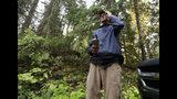"""En esta imagen tomada el 23 de octubre de 2018, Dave Wiens, un biólogo que trabaja para el Servicio Geológico de Estados Unidos, emplea un control remoto para activar un dispositivo digital de llamada que atrae a búhos listados para ser abatidos, en un bosque cerca de Corvallis, Oregon. """"Es de mal gusto esto de matar búhos para salvar otra especie de búhos"""", dijo Wiens, agregando que al principio cada disparo la """"revolvía el estómago"""". """"Al mismo tiempo, desde el punto de vista de la conservación de las especies, tenemos la espada contra la pared. Sabíamos que los búhos listados le sacaban ventaja a los moteados y que su población iba en aumento"""". (AP Foto/Ted S. Warren)"""