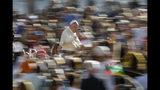 El papa Francisco llega a su audiencia general semanal, en la Plaza de San Pedro, en el Vaticano, el 16 de octubre de 2019. (AP Foto/Andrew Medichini)
