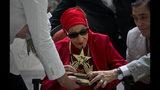 En esta foto del 20 de marzo del 2019, la prima ballerina de Cuba Alicia Alonso recibe el premio Estrella del Siglo del Instituto de la Música Latina en reconocimiento a sus contribuciones al ballet y la cultura, durante una ceremonia en La Habana. Alonso murió el jueves 17 de octubre del 2019. Tenía 98 años. (AP Foto/Ramón Espinosa, Archivo)