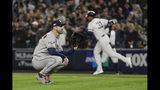 El abridor Justin Verlander de los Astros de Houston reacciona tras permitir un jonrón de tres carreras ante los Yanquis de Nueva York en el quinto juego de la serie de campeonato de la Liga Americana, el viernes 8 de octubre de 2019. (AP Foto/Frank Franklin II)