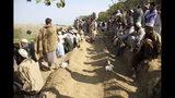Hombres afganos entierran a las víctimas del ataque del viernes en una mezquita en la aldea de Jodari al oriente de Kabul, Afganistán, el sábado 19 de octubre de 2019. (AP Foto/Wali Sabawoon)