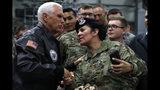 El vicepresidente de Estados Unidos, Mike Pence, saluda a una soldado tras un discurso en la Base Ramstein de la Fuerza Aérea, en Alemania, el 18 de octubre de 2019. (AP Foto/Jacquelyn Martin)