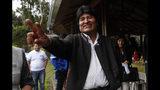 El presidente de Bolivia, Evo Morales, saluda a la prensa durante una visita a una piscifacotrías de truchas donde se detuvo a comer en Incachaca, Bolivia, el sábado 19 de octubre de 2019. Morales busca un cuarto mandato en las elecciones generales del domingo. (AP Foto/Juan Karita)