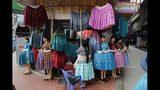 Una vendedora baja una falda en un mercado de El Alto, en las afueras de La Paz, Bolivia, 18 de octibre de 2019. El futuro político del presidente Evo Morales depende de los votos de 7 millones de bolivianos el domingo 20 de octubre de 2019 en las elecciones más reñidas de su carrera tras casi 14 años en el poder. (AP Foto/Jorge Saenz)