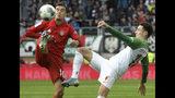 Rubén Vargas (derecha) del Augsburgo disputa un balón con Philippe Coutinho del Bayern Múnich en el partido de la Bundesliga, el sábado 19 de octubre de 2019. (Stefan Puchner/dpa via AP)