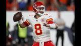Matt Moore, quarterback de los Chiefs de Kansas City, lanza un pase frente a los Broncos de Denver en la segunda mitad del partido del jueves 17 de octubre de 2019 (AP Foto/David Zalubowski)