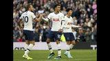 Dele Alli (centro) festeja con sus compañeros Harry Kane (izquierda) y Son Heung-min tras anotar el gol para el empate 1-1 ante Watford en la Liga Premier inglesa, el sábado 19 de octubre de 2019. (Jonathan Brady/PA vía AP)