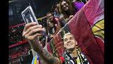 Franco Escobar se saca una selfie tras anotar el gol que le dio la victoria al Atlanta United ante Nueva Inglaterra en los playoffs de la MLS, el sábado 19 de octubre de 2019, en Atlanta. (AP Foto/John Amis)