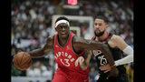 Pascal Siakam, de los Raptors de Toronto, controla el balón junto a Austin Rivers, de los Rockets de Houston, en un partido de exhibición de la NBA, disputado el jueves 10 de octubre de 2019 en Saitama, Japón (AP Foto/Jae C. Hong)