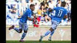 Ciro Immobile de la Lazio festeja tras convertir un gol en el empate 3-3 contra Atalanta en el partido de la Serie A, el sábado 19 de octubre de 2019. (Angelo Carconi/ANSA vía AP)