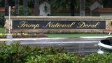 ARCHIVO - En esta imagen de archivo del 2 de junio de 2017, un cartel a la entrada del complejo Trump National Doral en Doral, Florida. (AP Foto/Alex Sanz, Archivo)